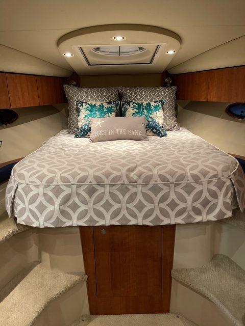 Cruisers 330 Express Bedding